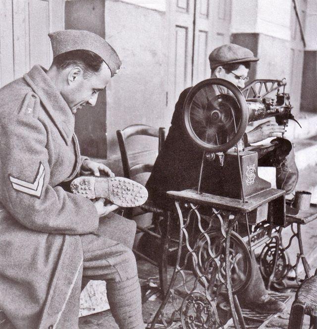 Επισκευαστής υποδημάτων, ο Βρετανός υπαξιωματικός βρήκε ευκαιρία να φτίαξει τις αρβύλες του.