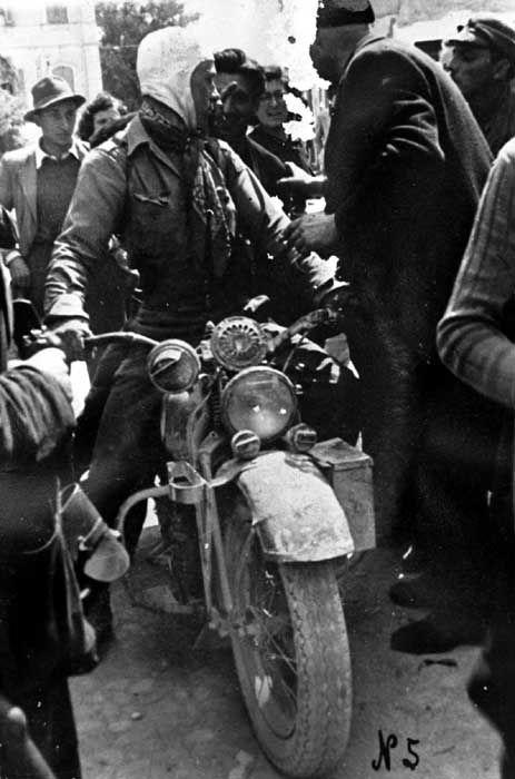 WWII Verona - in avanscoperta, nella confusione del momento  si chiedono informazioni e indicazioni. (Valeggio 25 aprile  1945) ESIB-UGO
