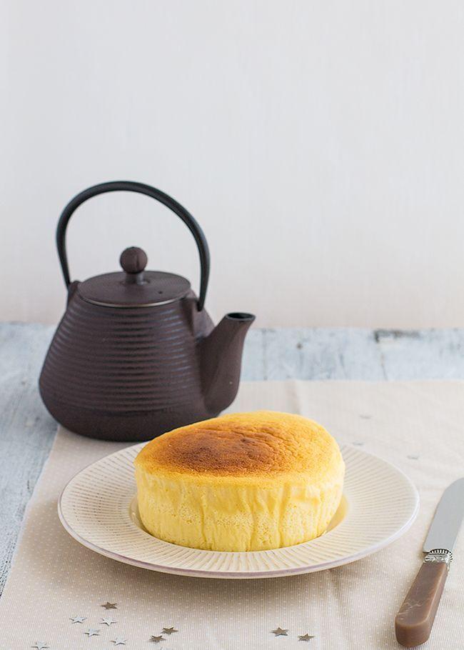 La tarta de queso japonesa o pastel de queso japonés es una tarta fácil con solo 3 ingredientes: queso crema, chocolate blanco y huevos.
