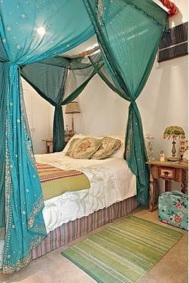 canopy bed, the color of the curtain thingys is cool