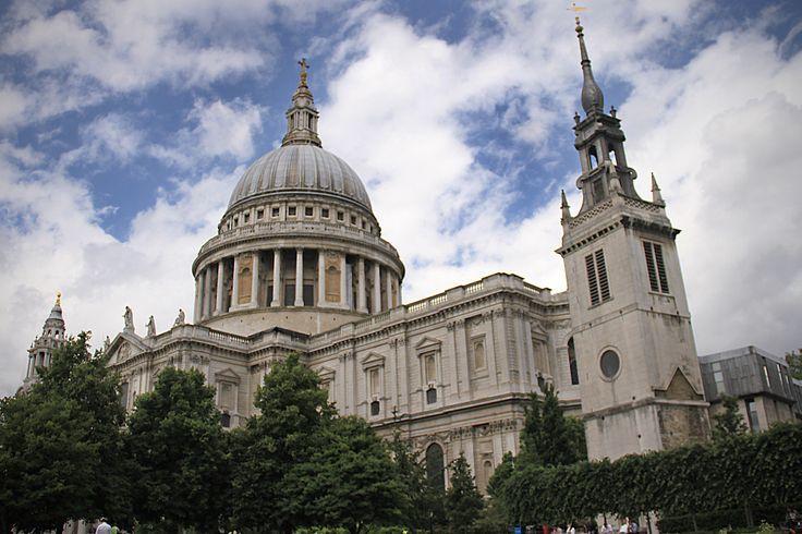 Saint Paul's Cathedral - Es la iglesia más importante para los londinenses. La Abadía de Westminster fue siempre la iglesia de la monarquía y la aristocracia mientras que San Pablo era la iglesia del pueblo.  Con una altura de 110 metros, la Catedral de San Pablo (St Paul´s Cathedral) de Londres es la segunda catedral más grande del mundo.  La catedral de San Pablo sobrevivió a los bombardeos aéreos a Londres durante la Segunda Guerra Mundial.