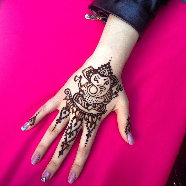 Маленький милый Ганеш, для той, что влюблена в слонов) У Тани @itsmeerunova даже проект татуировки на плечо есть, эдакий современный Ганеш) Сегодня я в Сокольниках с 15 до 20, приходите в гости за красотой!) #хна #мехенди #мехендимосква #тату #татуировка #татуировкахной #временнаятатуировка #рисунокнателе #ногти #биотату #девочкитакиедевочки  #красногорск #москва