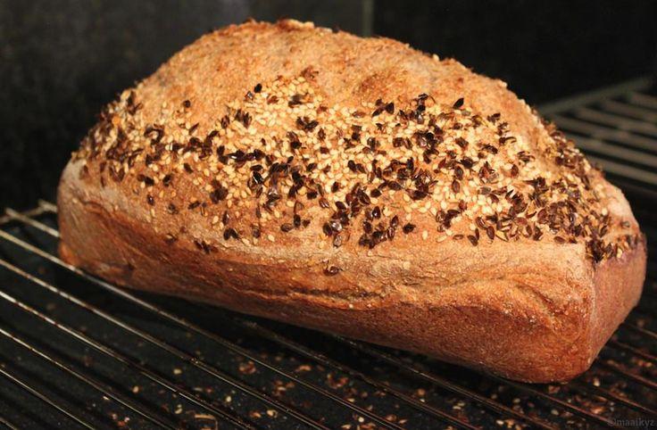 Wij zijn gek op volkoren! Volkoren pasta, volkoren crackers, zelfs volkorenspeculaasén natuurlijk volkorenbrood. Zo maakte ik al een keertje volkoren haverbroodjes en een volkoren bulgurbrood. Maar sinds de komst van mijn nieuwe vriendje, genaamd KitchenAid, kan er meer en meer…. Vorige week maakte ik mijn eerste brood met de KitchenAid volgens een recept van Levine.Read More