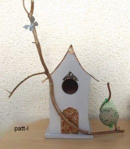 Cette maison de fée est en contre plaqué marine de 1 cm d'épaisseur pour résisté aux intempéries .J'ai fixé devant une branche clouée  avec  une boule de graisse en pensant bien que les oiseaux viennent .Il y a un trou derrière pour le nettoyage recouvert d'une plaque en bois de 7cm sur 7cm.