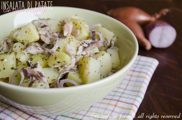 Insalata di patate con tonno e cipolle, un piatto da consumare sia come contorno che come secondo piatto sfizioso. La classica insalata di patate rivisitata