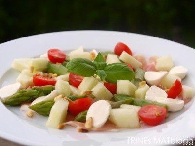 » Rask salat med parmaskinke, asparges og honningmelon