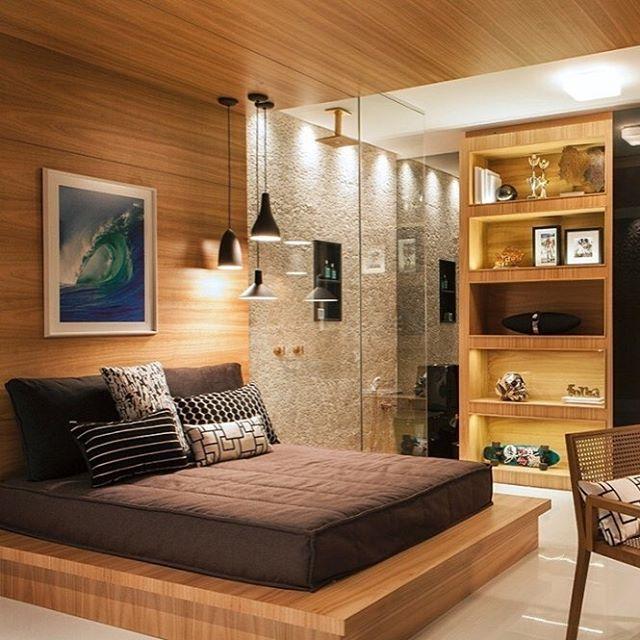 Cama plataforma de madeira que percorre toda parede e teto ...