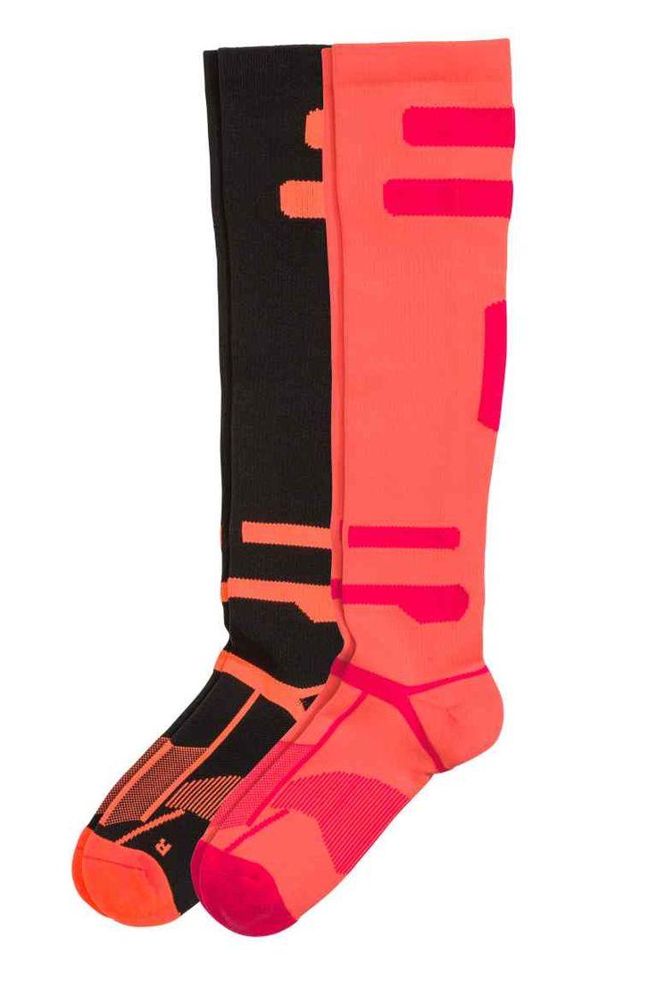 Meias de corrida, pack de 2: Meias de corrida em tecido funcional de secagem rápida. Têm cano grosso canelado de altura até um pouco abaixo do joelho. Calcanhar e dedos forrados para um conforto perfeito e sem abrasão.
