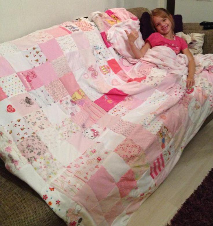 De mooiste babykleertjes voor mijn dochter 6 jaar lang bewaard, in lapjes geknipt en hier deze mooie deken van genaaid..