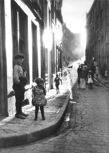 Straatbeeld van de Benedenstad    Een straatbeeld vanaf de hoek met de Lindenberg in 1926.