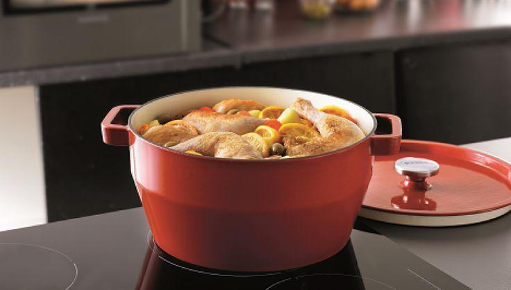 1. Trocear el pollo en 8 porciones.  2. En la cacerola, dorar la cebolla con el aceite, añadir los trozos de pollo y dorarlos por ambos lados.  3. Mientras tanto, lavar y cortar los limones y las