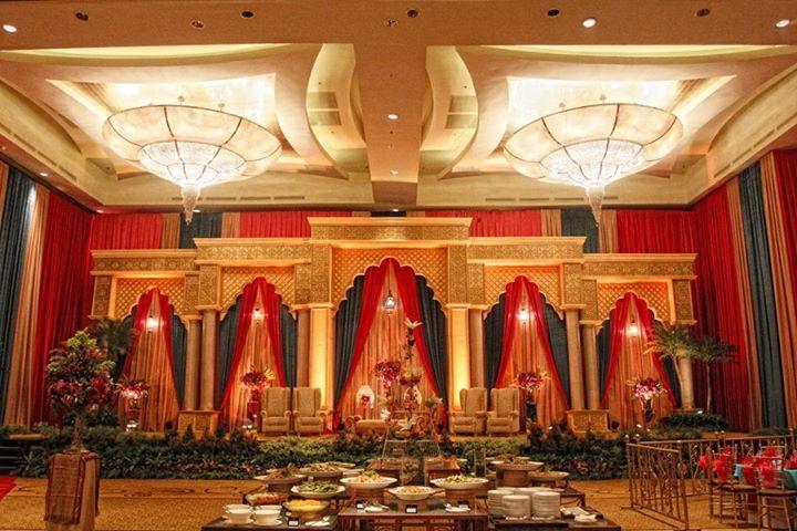 Pelaminan pada pernikahan adat Palembang Sumatra Selatan. Didesain kontemporer dengan tidak meninggalkan ciri khas Kerajaan Sriwijaya, yakni dominasi warna emas dan merah.