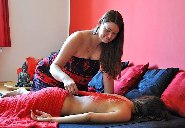 MONIKA je výbornou masérkou v našem salonu již několik let. Klientům nabízí dokonalou péči o tělo a dokáže výrazně pomoci s bolestmi zad a hlavy. Má dar vycítit problematická místa a úspěšně je rozmasírovat. Své vzdělání stále rozšiřuje o další druhy masáží a rehabilitačních cvičení. Při jednom z kurzů se setkala s energií Reiki, to pro ni byl masérský a osobní zlom. Práce s tělem a energií  byl již jen krůček k tantrickým masážím, které ji neskutečně naplňují.