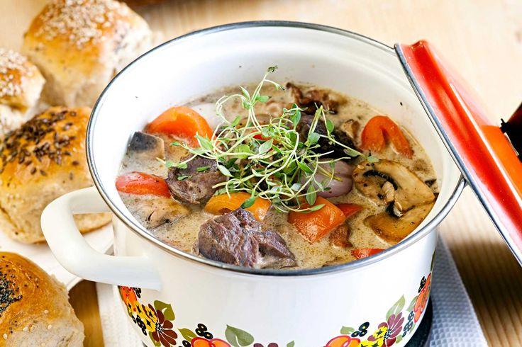 Smaksrik kjøttgryte av oksekjøtt og bacon. Perfekt å servere når man blir mange rundt bordet, eller som helgemiddag.