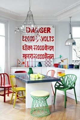 mixing up colourful dining chairs on www.designloversblog.com