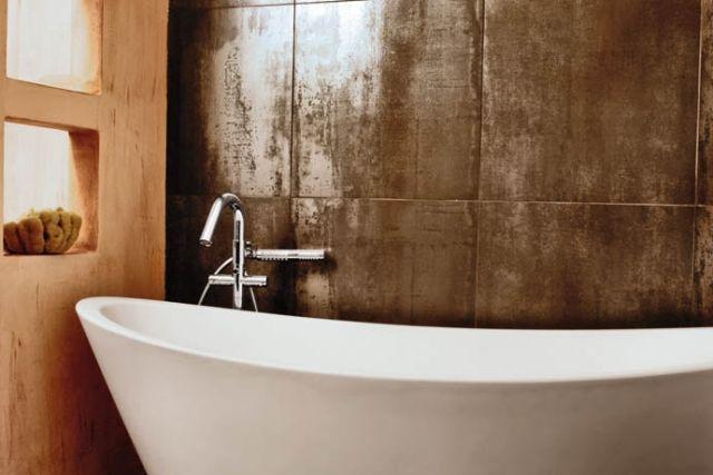 moderne bad fliesen wand metall optik badewanne. Black Bedroom Furniture Sets. Home Design Ideas