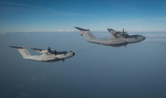 Au cours de deux vols effectués à Séville, une cinquantaine de contacts ont été réalisés en niveau de vol et en virage, en utilisant son installation en point central (tuyau et enrouleur). L'A400M est le seul ravitailleur tactique disposant de ce troisième point de ravitaillement, qui s'ajoute aux deux nacelles sous voilure, ce qui lui  permet de ravitailler des appareils de grande taille comme le C-130 ou l'A400M.