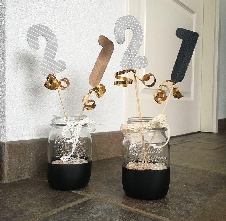 Tafel decoratie voor een feest.  Benodigdheden:  - glazen potjes  - verf (kleur naar keuze)  - saté prikkers  - decoratie lint ( kleur naar keuze)  - vogelzand   - versiering naar keuze