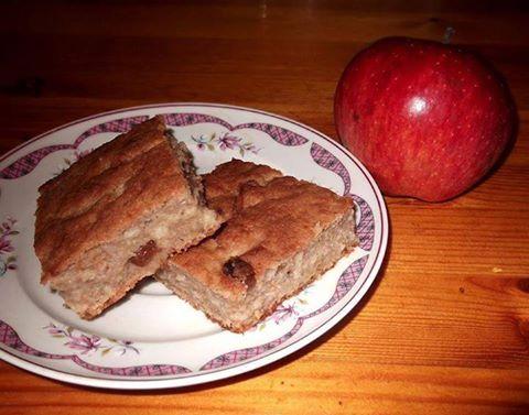 Almás-mazsolás süti