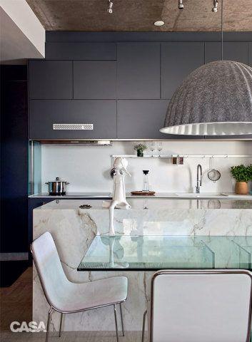 O armário (Ornare) dá o tom elegante à cozinha e ainda disfarça o exaustor. Suspensa sobre a mesa, a luminária Under the Bell (Micasa), criação do estúdio dinamarquês Iskos-Berlin, chama a atenção com seus poderosos 82 cm de diâmetro.