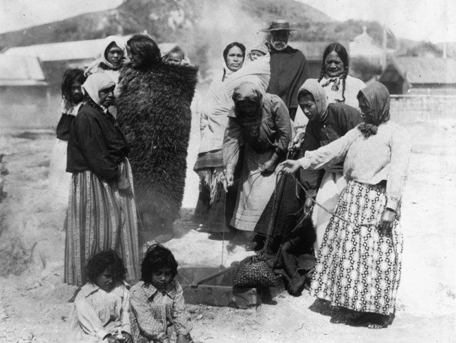 Unidentified Maori group, steaming baskets of food ca 1900