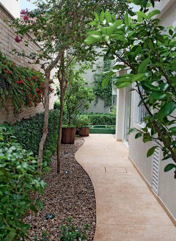 A missão do paisagista Odilon Claro, da Anni Verdi, era transformar o corredor lateral em um espaço de contemplação.