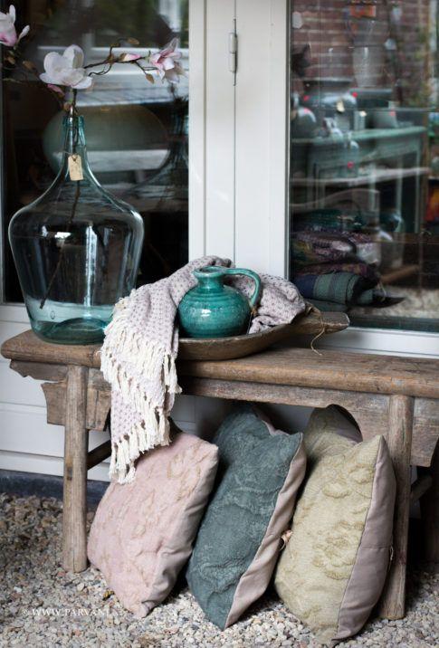 Parvani   Zomerse plaid van Broste, handgemaakte kussens, oud roze, petrol, olijf. Oud houten bankje China.