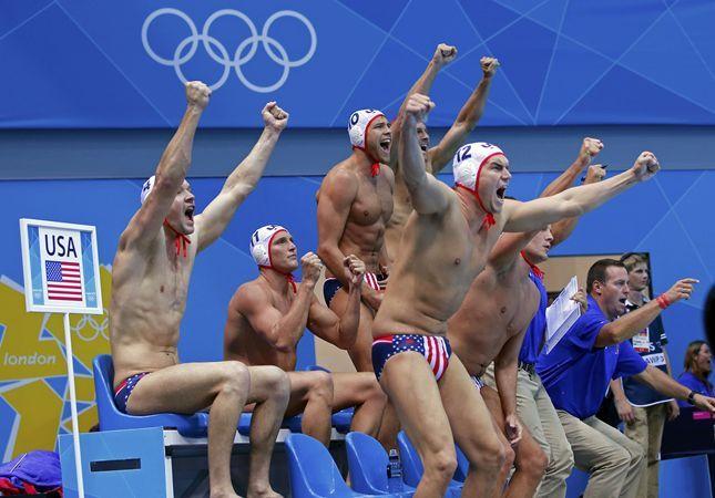 男子水球1次リーグでルーマニアに勝利し歓喜するアメリカ=ロイター