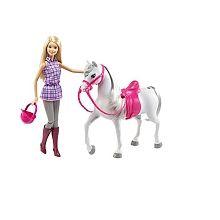 Das Set Barbie & Pferd von Barbie ist für alle Reitfans ein echtes Highlight. Denn für Barbie und ihr wunderschönes, weißes Pferd steht ein neues Reitabenteuer an. Der Schimmel kann mir dem Sattel und dem Zaumzeug fertig für den nächsten Ausritt gemacht werden. Barbie trägt ein hübsches Outfit mit einem karierten Oberteil und hat natürlich hohe Reitstiefel und einen Reithelm dabei. Lasse deine Barbie aufsitzen und schon geht es im Galopp ins nächste Abenteuer!<br><br><strong>Weitere…