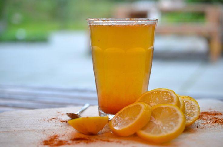 Rens Kroes detox juice2 el vers geperst citroensap 1 el biologische ahornsiroop 2 mespuntjes cayennepeperpoeder 250 ml warm water