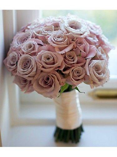 Nếu tìm cồ mang dáng vẻ mạnh mẽ thì màu tím cà với tông màu lạnh sẽ phù hợp với cô dâu muốn khóa lên mình vẻ kiều diễm pha chút lạnh lùng, Vẻ đẹp của nàng, sẽ chỉ ngọt ngào bên cạnh chàng trai của riêng nàng. #hoacamtaycodau #hoacuoicamtay #hoacuoi