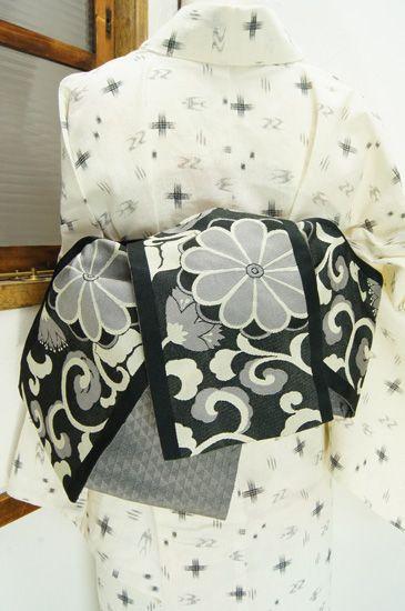 黒の地に、生成りに近いパールグレーで織り出された大胆な菊花アラベスクが美しい化繊の半幅帯です。 #kimono