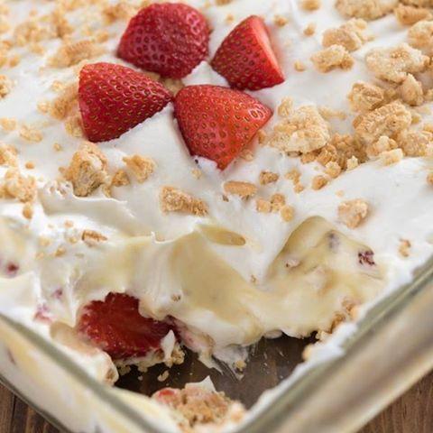 Μπισκοτογλυκό+ψυγείου+με+κρέμα+και+φράουλες+της+στιγμής