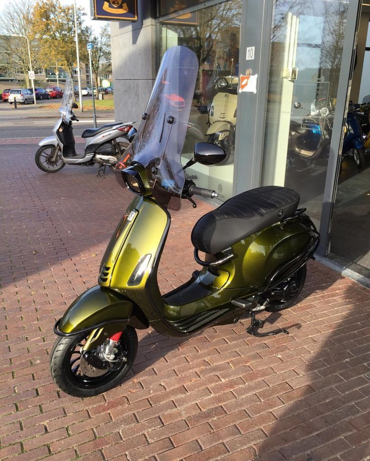 Vespa Sprint painted by www.touranexclusive.nl