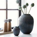 Se den antracitgrå Kähler-vase fra den elegante Hammershøi-serie