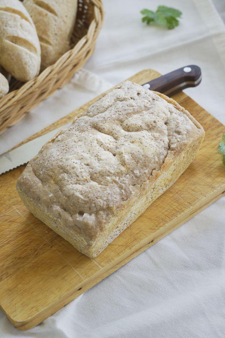 Bezglutenowy, wegański chleb. Skład mieszanki: mąka gryczana, mąka ryżowa, tapioka, skrobia kukurydziana, łuska babki jajowatej, sól, cukier, drożdże instant