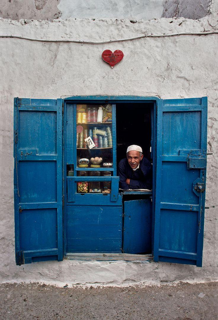 Fes, Maroc -- J'ai cru un moment voir, Abdellatif le poète, sortir de sa boîte ! Ce vendeur lui ressemble, un peu, avec son sourire. Je salue mon ami et son épouse !