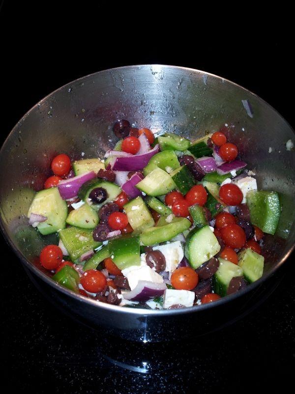 Vinaigrette grecque , ajouter 1/4 de tasse de vinaigre balsamique, 1 c. a thé de moutarde de dijon et 1 c. à table de sirop d'érable a la recette