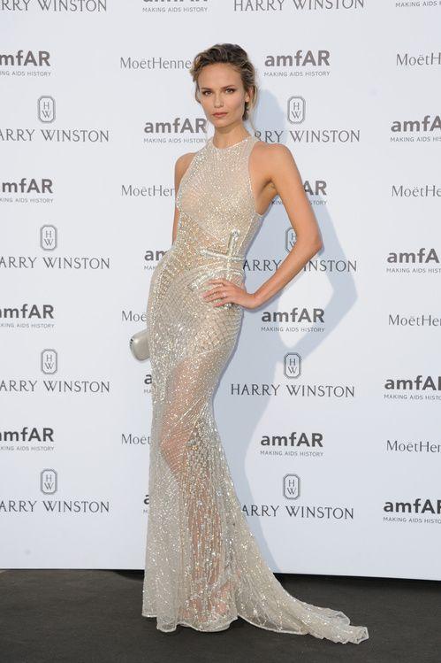Natasha Poly en robe blanche sequins cristaux Versace AmfAR Paris http://www.vogue.fr/mode/inspirations/diaporama/le-dner-de-lamfar-paris/21422/carrousel#natasha-poly