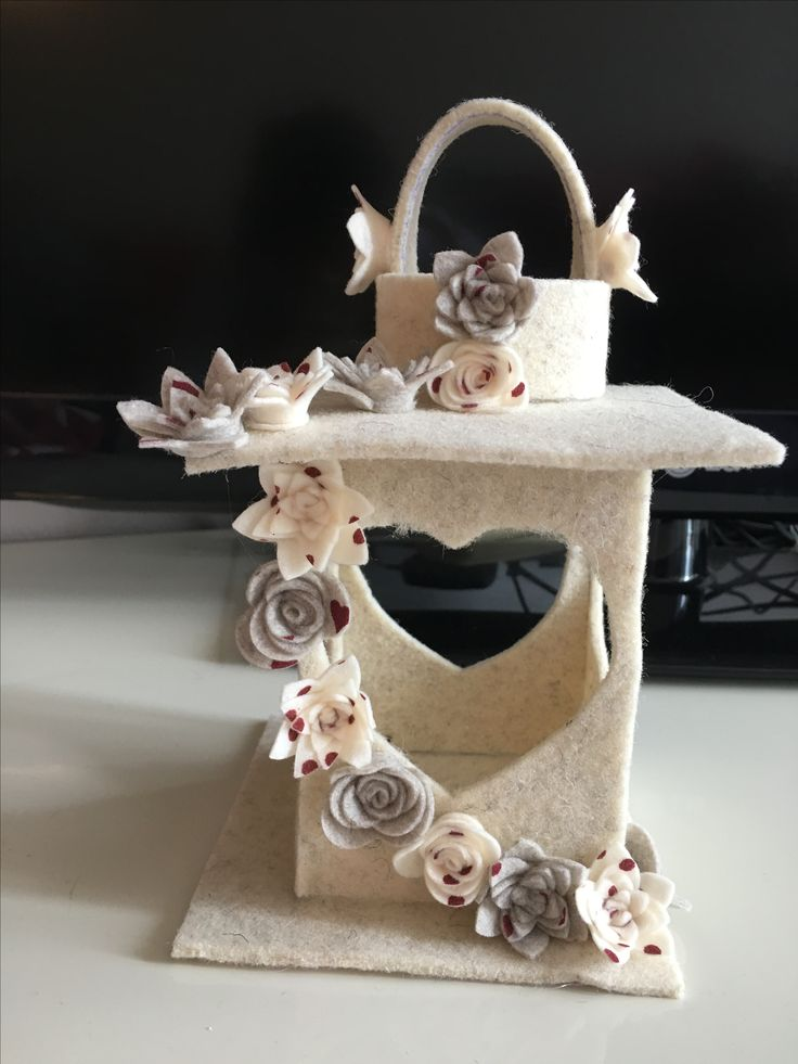 Lanterna in feltro con cascata di fiori in pannolenci. http://martinaregina81.wordpress.com