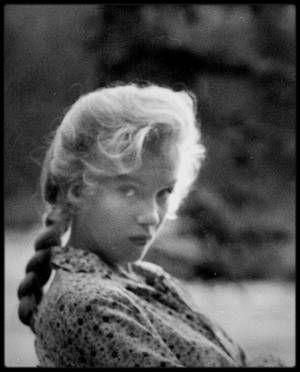 "1953 / Marilyn chante au jeune Tommy RETTIG, dans le film ""River of no return"", la chanson ""Down in the meadow""."