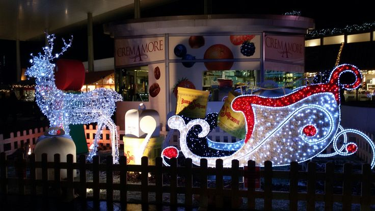 Slitta di Babbo Natale con renne. Milano al Portello