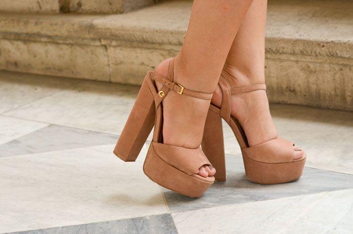 """A sandália de salto grosso""""é o calçado da vez! Não há duvidas que é super confortável e versátil também - ela combina com todos os tipos de look e é super contemporânea. Pode ser com o salto mais alto ou mais baixo, tiras finas ou grossas, colorida..."""
