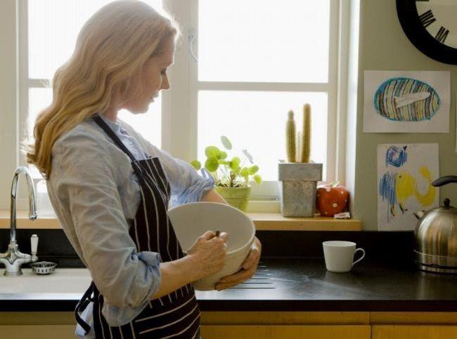 Высота кухонной мебели.  По стандарту высота кухонной базы — 85 см. Когда люди заказывают кухни, часто забывают сделать так называемую поправку на рост. В результате приходится либо сутулиться, либо работать за слишком высокой столешницей, отчего быстро устают руки. Рекомендуемая высота кухонных столешниц для невысоких людей, рост которых около 150 см, — 82 см, для людей ростом от 160 до 180 см — 88-91 см. Готовую и слишком низкую мебель можно поставить на ножки и декорировать планкой. А…