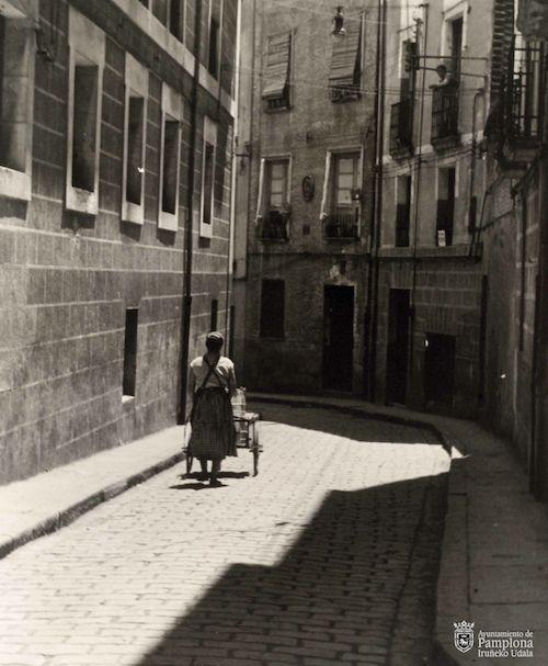 """Exposición fotográfica Día Internacional de la Mujer """"Repartidora de leche"""" 1955, AMP CA #Pamplona"""