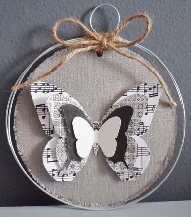 Double anneau en fil de fer sur lequel se balance un disque de carton, recouvert de lin gris effiloché au recto. Le papillon est constitué de papiers de différentes tailles, to - 13994395