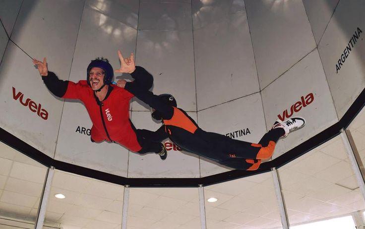 No todos saben que a diez minutos de Capital, en General Rodríguez, hay un simulador de caída libre que recrea la experiencia de volar. Una corriente de aire ascendente en una cápsula de acrílico vertical de 4 metros de diámetro que en su parte superior tiene 4 ventiladores, hace que quedes suspendido en el aire y puedas moverte libremente e incluso interactuar con otras personas. No hace falta con VUELA que seas astronauta para experimentar la loquísima sensación de la gravedad cero.