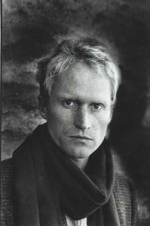 Peter Hoeg  Peter Høeg (17 maggio 1957) è uno scrittore danese.   Il padre, Erik Høeg, è avvocato e la madre, Karen Kjellund, è una studiosa di filologia classica. Peter si diploma al Frederiksberg Gymnasium nel 1976 e in seguito studia letteratura comparata all'Università di Copenaghen, completando gli studi nel 1984.  Prima di dedicarsi interamente alla scrittura, Hoeg lavora come attore, ballerino, insegnante di recitazione e marinaio, e viaggia in lungo e in largo per il