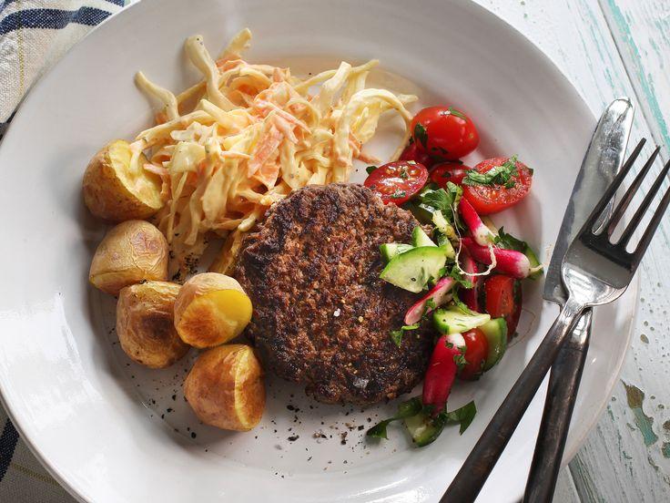 Grillade färsbiffar med het coleslaw | Recept från Köket.se