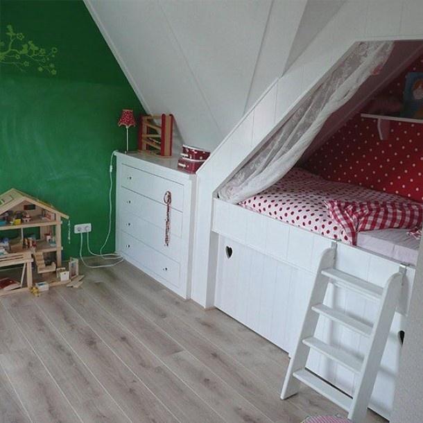 Idee u00ebn voor kinderkamer op zolder   Bedstee voor een meisje Door Anneliesdevriendt   Kinderkamer